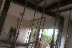 הורדת עמודי תמך והוספת קורות לחיזוק קונסטרוקטיביים כולל עמוד מוטמע בתוך הקיר